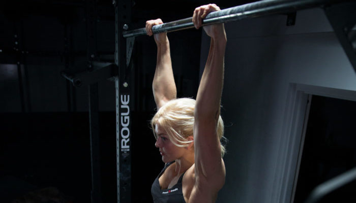 woman doing a beginners pull up workout