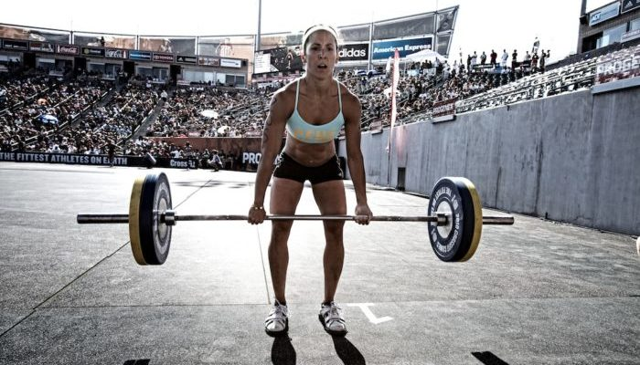 woman deadlifting as part of a weight loss workout